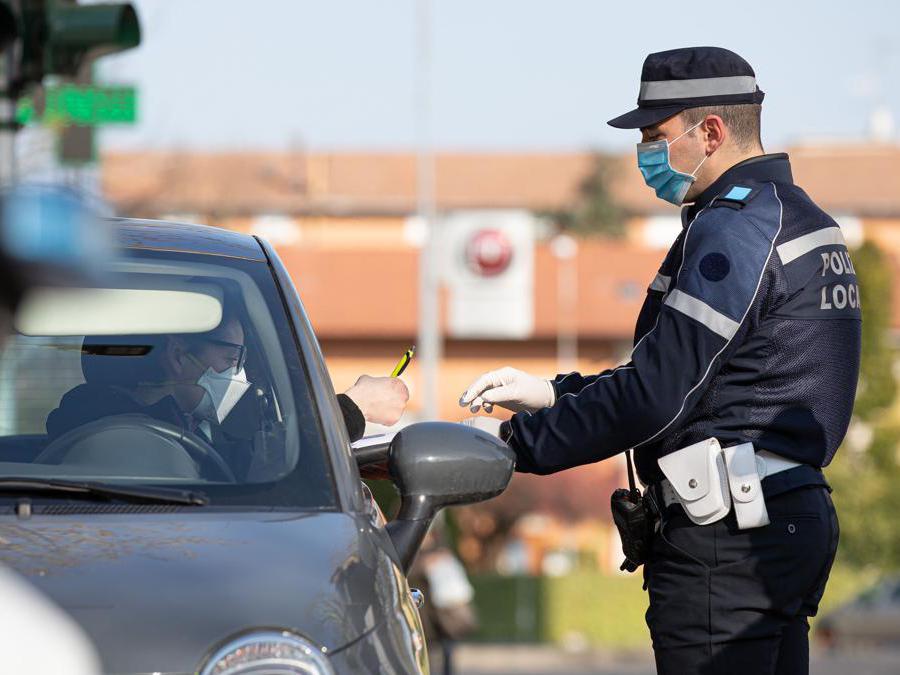 Gli agenti del Corpo Unico di Polizia Municipale Bassa Reggiana effettuano controlli nei comuni della bassa sugli spostamenti non autorizzati Italy Photo Press - World Copyright - Foto IPP/Ciancaglini Emmanue