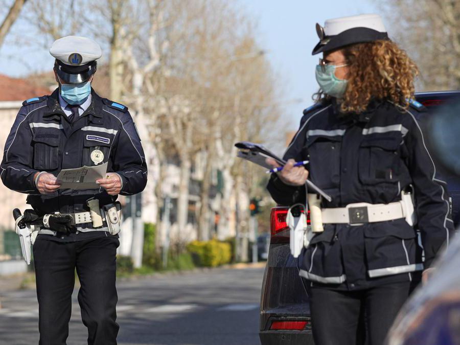 Gli agenti del Corpo Unico di Polizia Municipale Bassa Reggiana effettuano controlli nei comuni della bassa sugli spostamenti non autorizzati Italy Photo Press - World Copyright - Foto IPP/Ciancaglini Emmanuel
