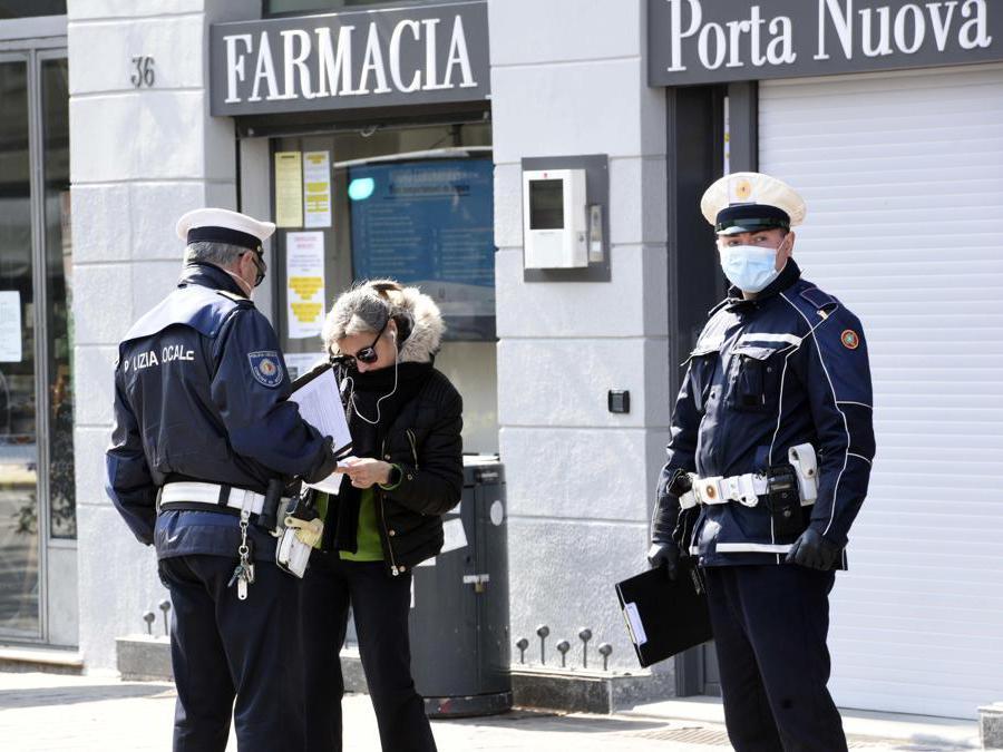 Controlli forze dell'ordine a  Bergamo 4 aprile 2020. (Ansa / Filippo Venezia)