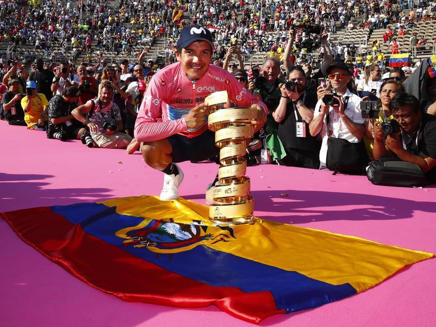 GIUGNO. CICLISMO. Richard Carapaz entra nella storia come il primo ciclista dell'Ecuador a vincere il Giro d'Italia. Precede, sul podio di Verona, Vincenzo Nibali e lo sloveno Primoz Roglic. (Afp))
