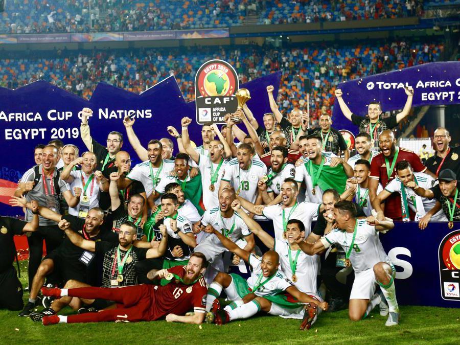 LUGLIO. CALCIO Dopo 29 anni, l'Algeria conquista la seconda coppa d'Africa della storia delle «volpi del deserto». Sconfitto in finale il Senegal per 1 -0, grazie ad una rete rocambolesca di Bounedjah dopo 2 minuti dal fischio d'inizio. (Afp)
