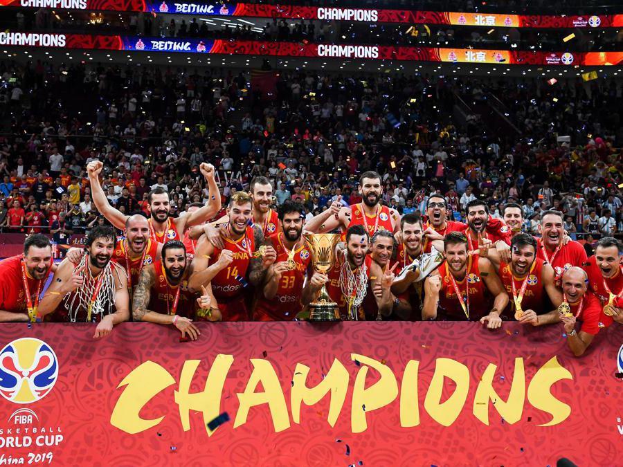 SETTEMBRE. BASKET A distanza di 13 anni la nazionale spagnola, guidata dal coach italiano Sergio Scariolo, sale sul tetto del mondo. Sconfitta nella finale di Pechino l'Argentina con il punteggio finale di 95-75. (Afp)