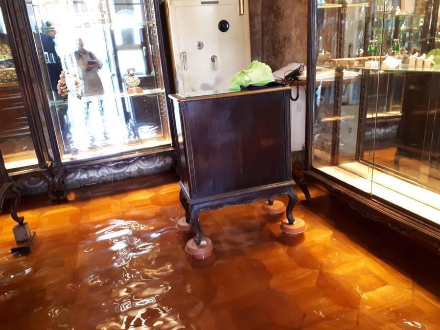 L'interno allagato dell'antica gioielleria Nardi a Venezia. (Ansa /   Michele Galvan)