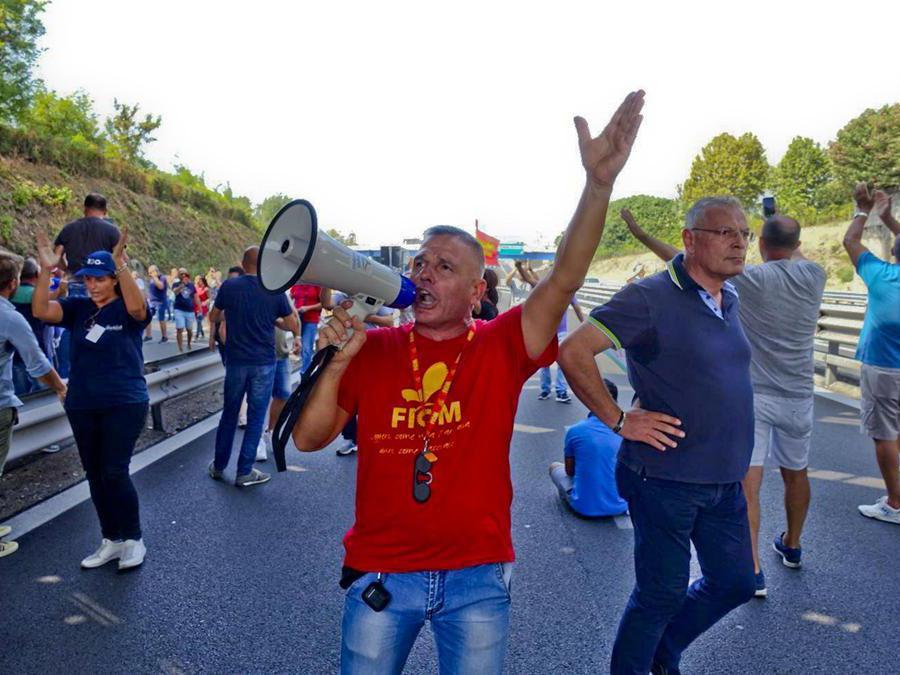Il blocco da parte dei lavoratori della Whirlpool di un accesso dell'autostrada Napoli-Pompei-Salerno all'altezza del casello dell'A3. I manifestanti si sono messi al centro dell'arteria dove hanno tenuto un sit-in, 18 settembre 2019 - ANSA / CESARE ABBATE