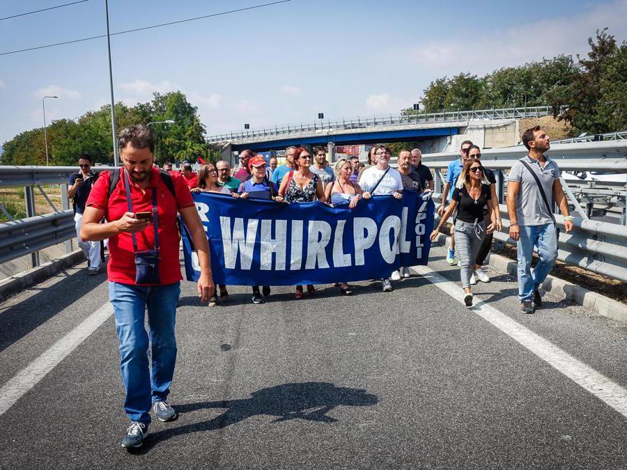 Lavoratori della Whirlpool hanno bloccato l'autostrada Napoli-Pompei-Salerno all'altezza del casello dell'A3. I manifestanti si sono messi al centro dell'arteria e stanno tenendo un sit-in. Napoli 18 Settembre 2019 - ANSA/CESARE ABBATE/