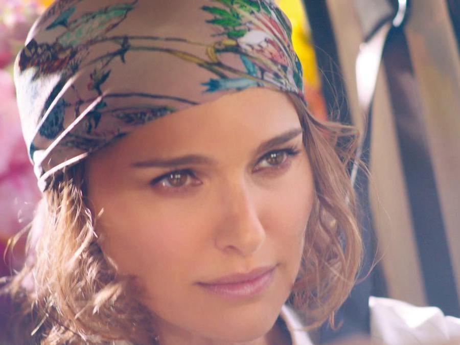 Nicole Portman nel backstage della campagna della nuova fragranza millefiori Miss Dior creata da Francois Demachy