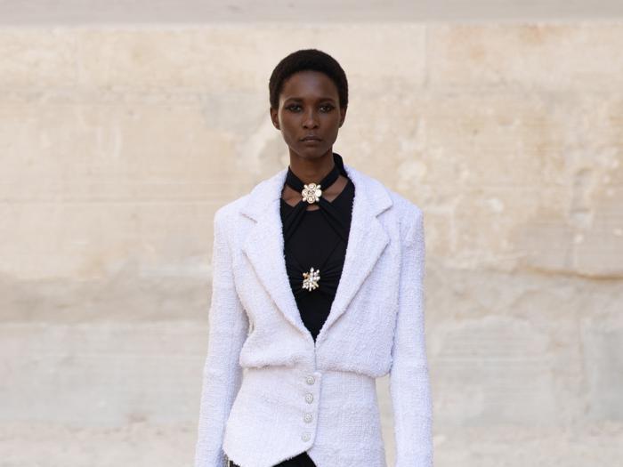 Chanel, poesia minimalista fra spettacolari pareti di roccia