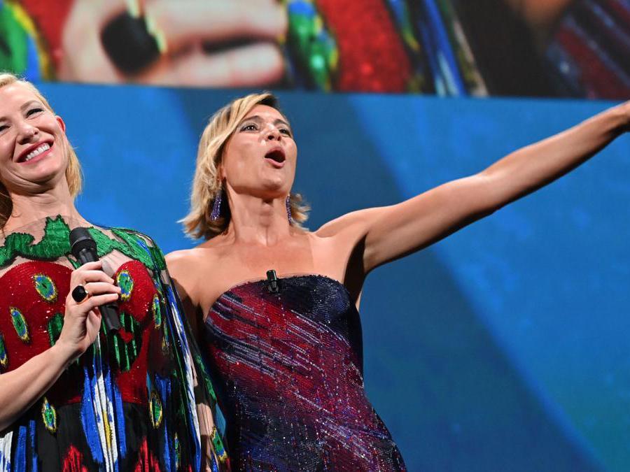 Cate Blanchett e Anna Foglietta (Photo by Alberto PIZZOLI / AFP)
