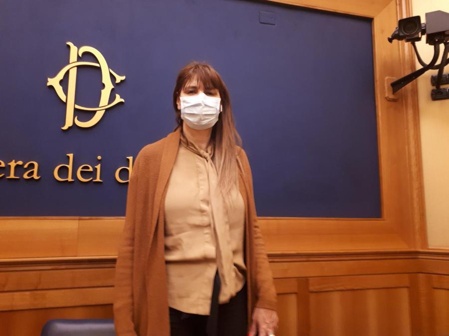 Maria Teresa Baldini, il primo onorevole a indossare la mascherina