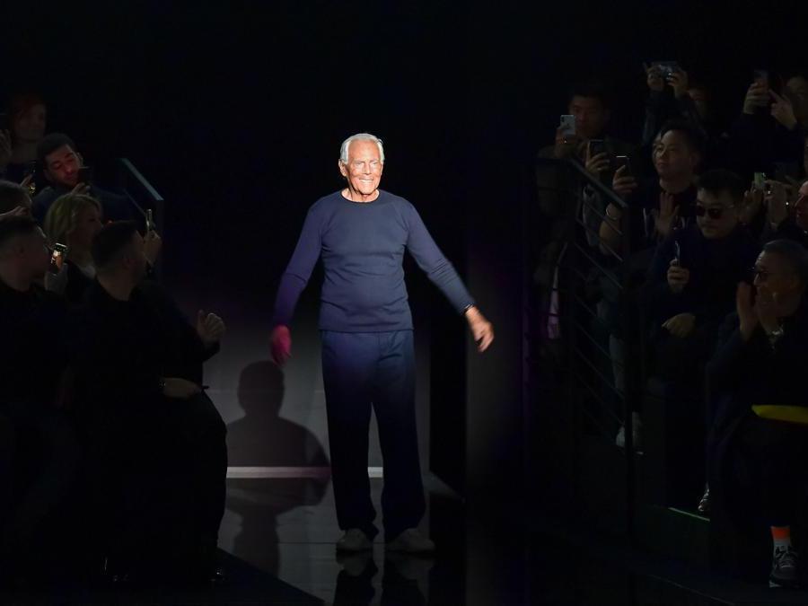 Giorgio Armani riceve gli applausi al termine della presentazione della sua collezione Emporio Armani autunno/inverno 2020/21. (Photo by Miguel MEDINA / AFP)