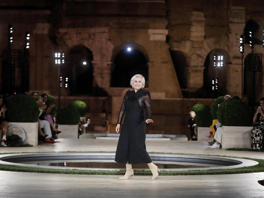 Silvia Venturini Fendi al termine della sfilata (ANSA/RICCARDO ANTIMIANI)