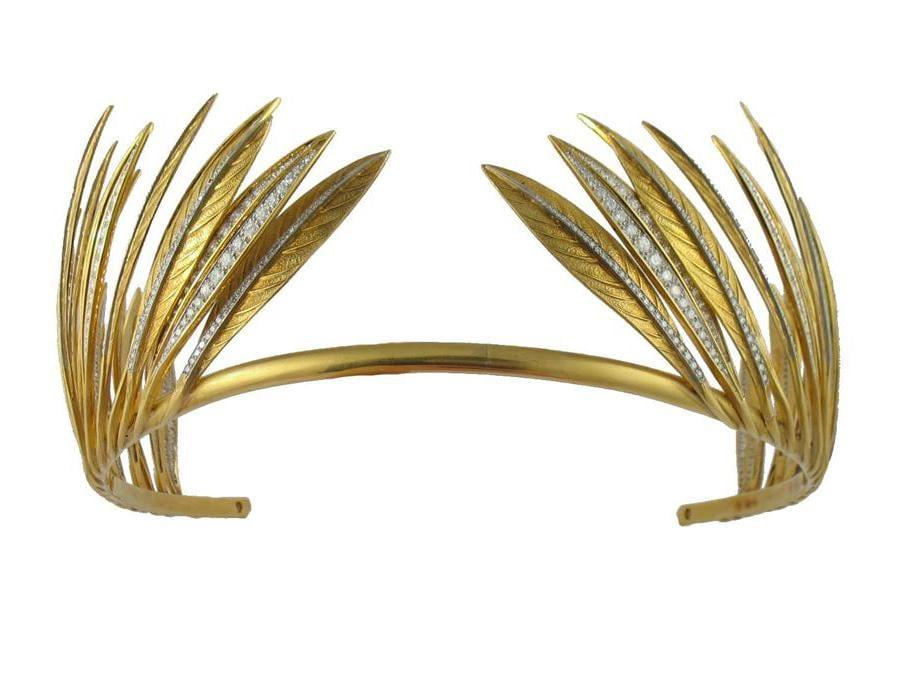 1957. La tiara ispirata alle penne degli indiani d'America disegnata per Betsey Whitney, moglie dell'ambasciatore degli Usa in Gran Bretagna, John Hay Whitney