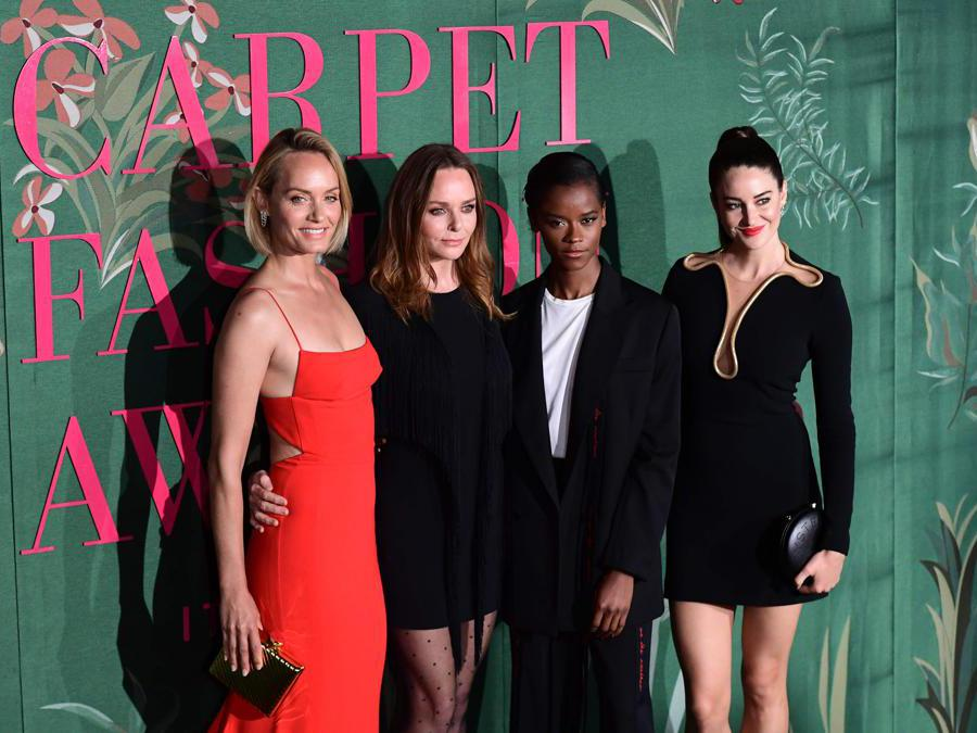 Da sinistra Amber Valletta, Stella McCartney, Letitia Wright e Shailene Woodley, tutte con abiti Stella McCartney (Photo by Miguel MEDINA / AFP)