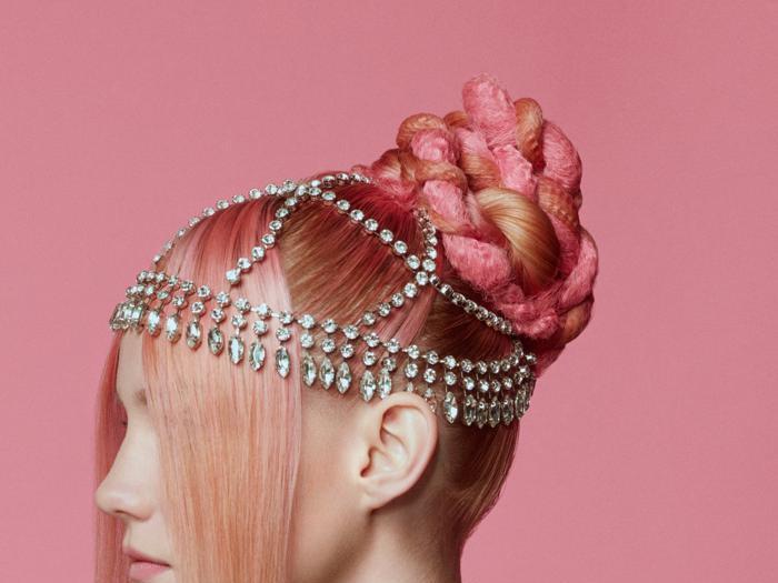 """Hair look, la frangia più trendy è quella di Beth de """"La regina degli scacchi"""