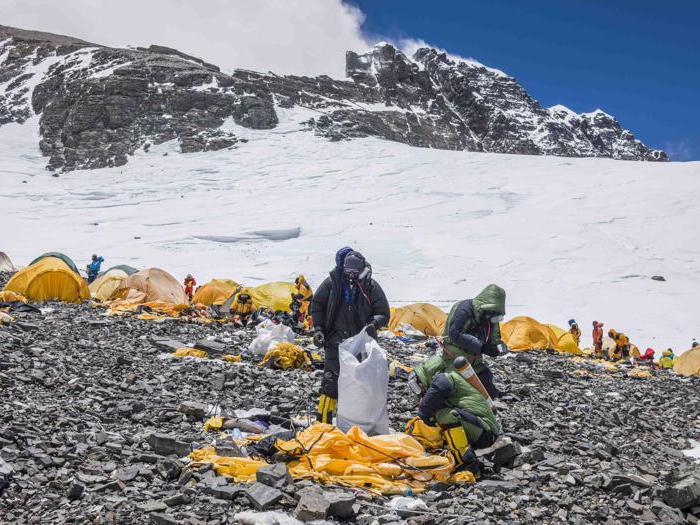 Il reportage fotografico dall'Everest sulla raccolta di rifiuti