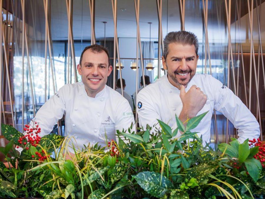 Raffaele Lanza (a sinistra) executive chef e il suo mentore Andrea Berton (a destra). Da questa collaborazione è risultata la stella Michelin al ristorante Berton al Lago. Tra gli ingredienti prediletti, ci sono le verdure dell'orto, che sono state usate anche nella nuova carta dei drink botanici