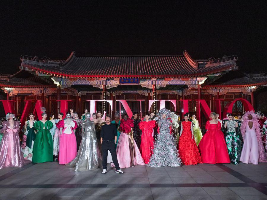 Pierpaolo Piccioli con le modelle al Summer Palace di Pechino (Courtesy: Valentino Haute Couture)