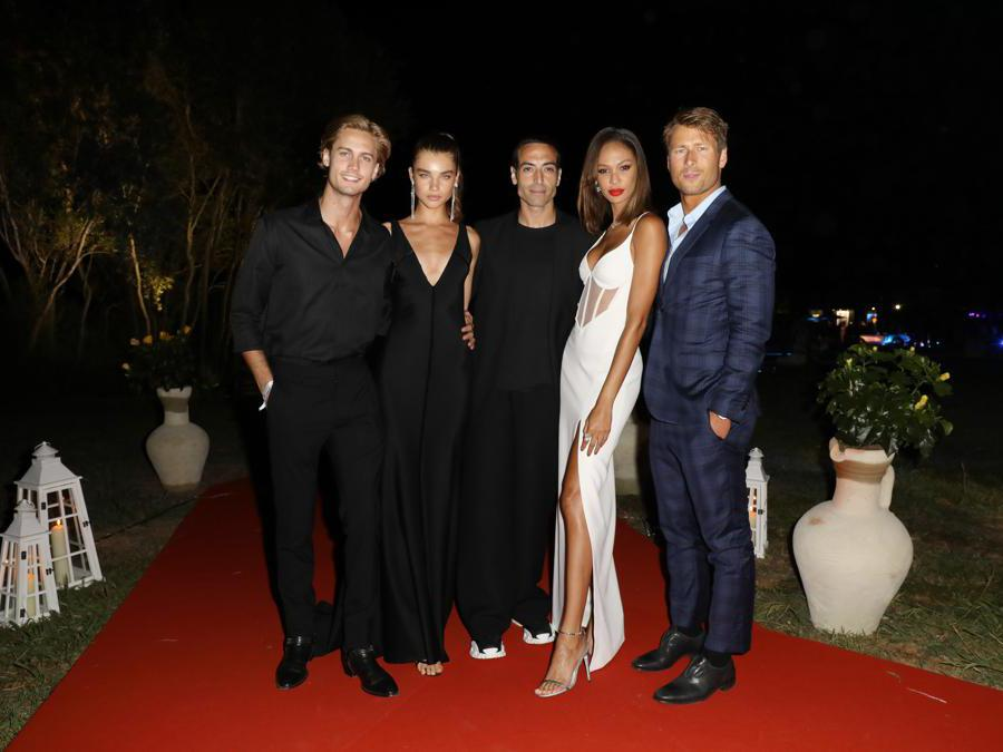 Da sinistra a destra :  Neels Visser, Meghan Roche, Mohammed Al Turki, Joan Smalls e Glen Powell (Jacopo Raule/Getty Images)