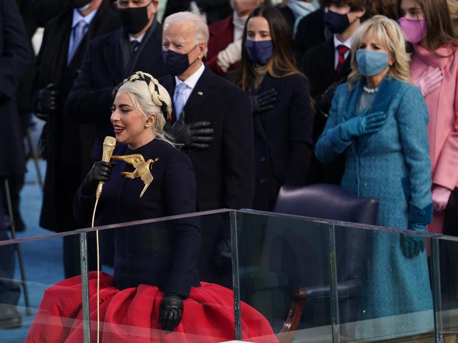 Lady Gaga: abito   Haute Couture con spilla a forma di colomba, simbolo di pace (Reuters/Kevin Lamarque)