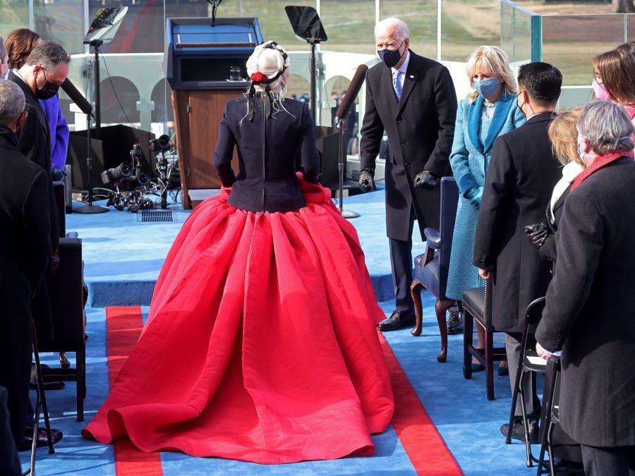 Lady Gaga: abito abito  Haute Couture  con spilla a forma di colomba, simbolo di pace (Reuters/Jonathan Ernst)