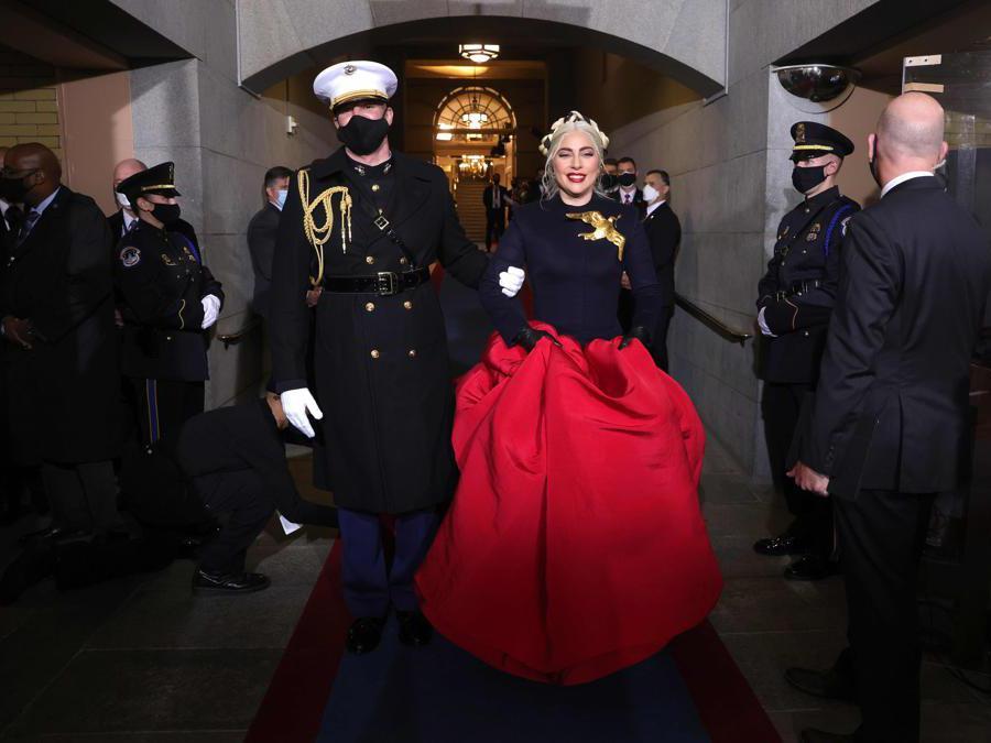 Lady Gaga: abito  Haute Couture con spilla a forma di colomba, simbolo di pace (Afp/Win McNamee)