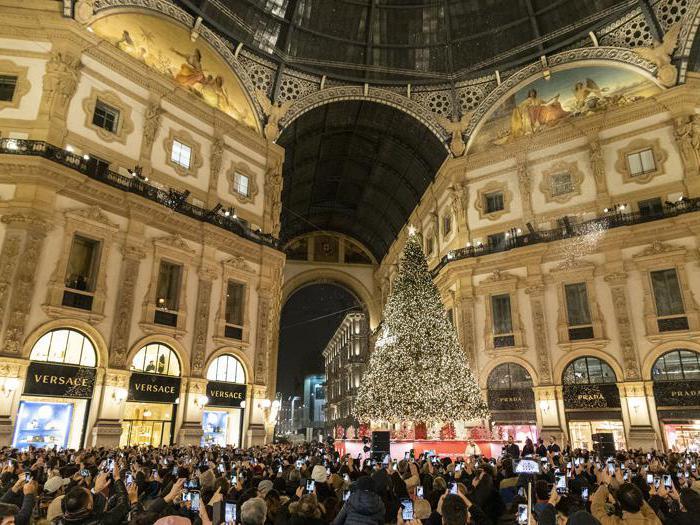 L'albero di Natale Swarovski accende lo shopping di Milano