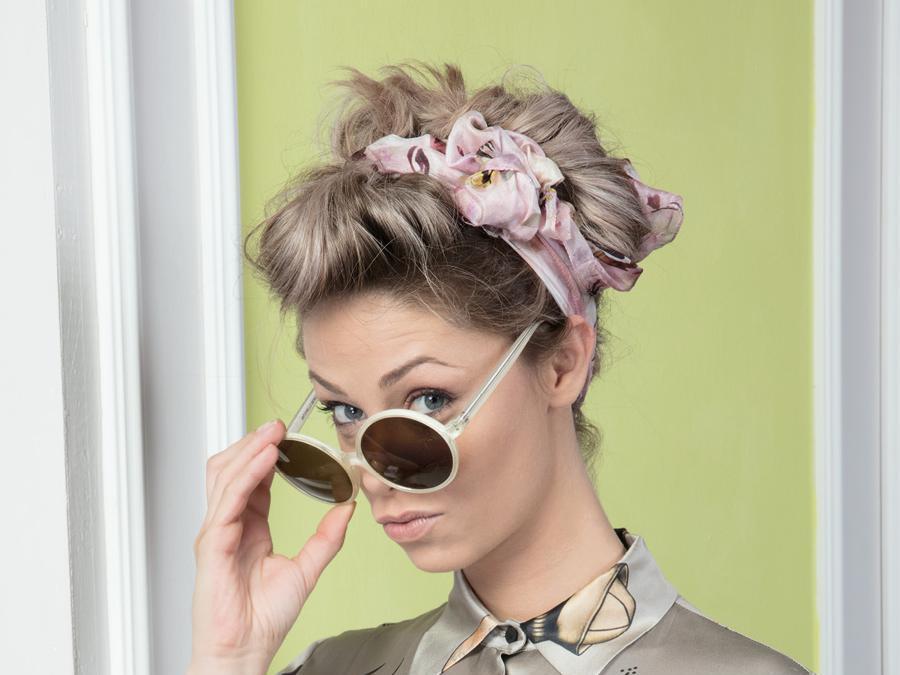 Compagnia della Bellezza, il foulard arrotolato su se stesso e poi fissato con un fiocco