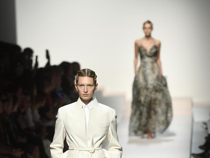 Vestaglie come abiti preziosi, Ermanno Scervino esalta l'artigianalità in chiave sexy