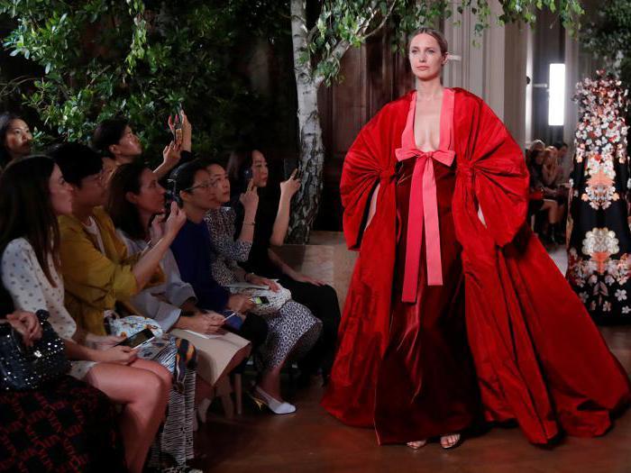La stravagante haute couture di Valentino a Parigi FW 19-20