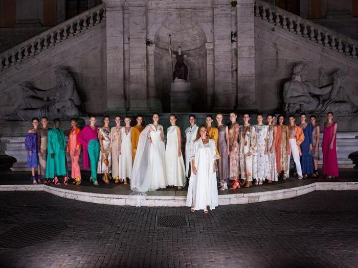 Laura Biagiotti sfila in Campidoglio, ripartenza illuminata di bianco con tinte vivaci