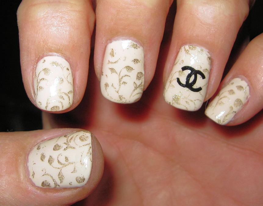 Logo Nails Chanel, sulle unghie le iconiche C intrecciate