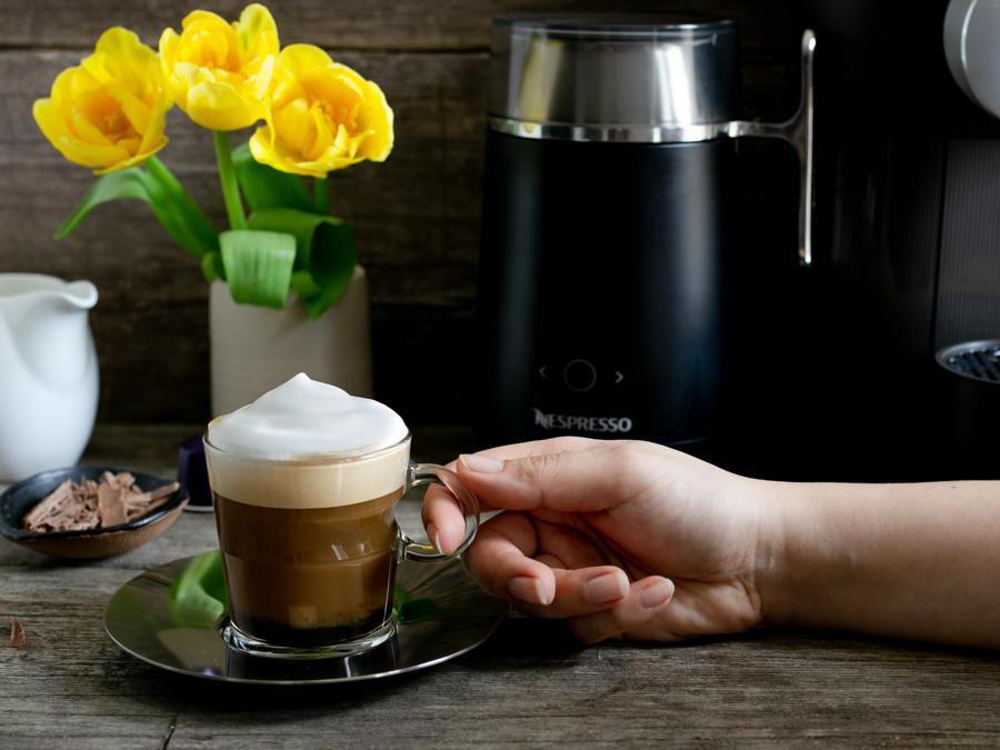 Caffè sfizioso con panna preparato con Nespresso Barista, una macchina con tecnologia avanzata e design raffinato, che prepara in pochissimi minuti 21 ricette, calde e fredde, a base di latte e caffè.