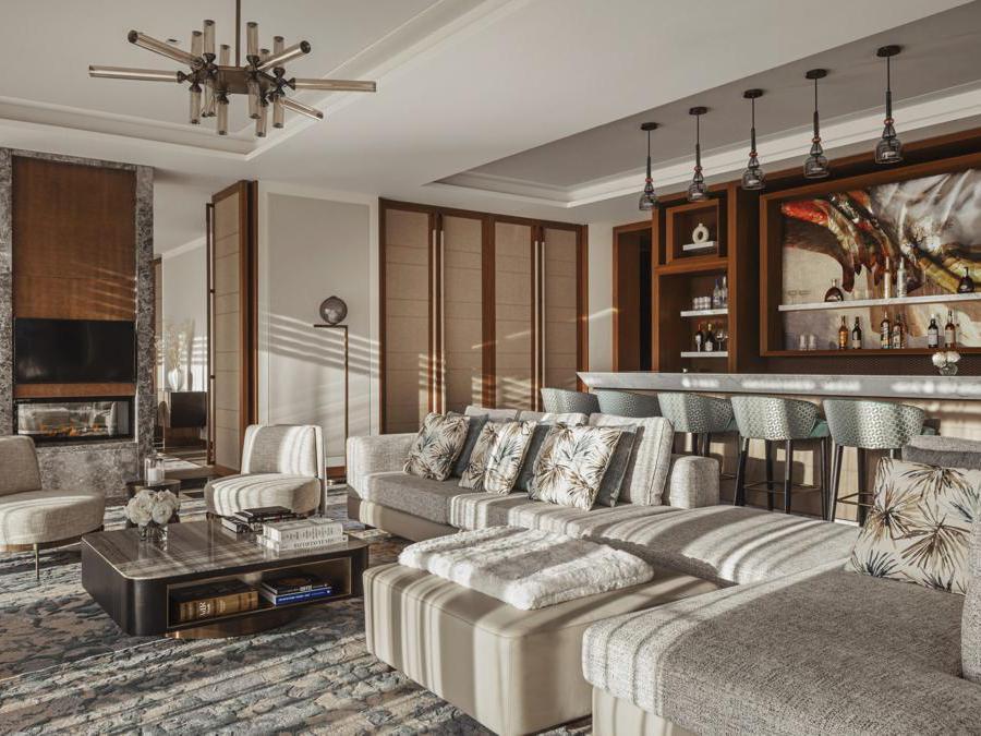 La Suite One ha una cantina privata con 268 etichette europee, patio con tavolo per 12 persone, camini dentro e fuori e un ingresso per il maggiordomo personale.