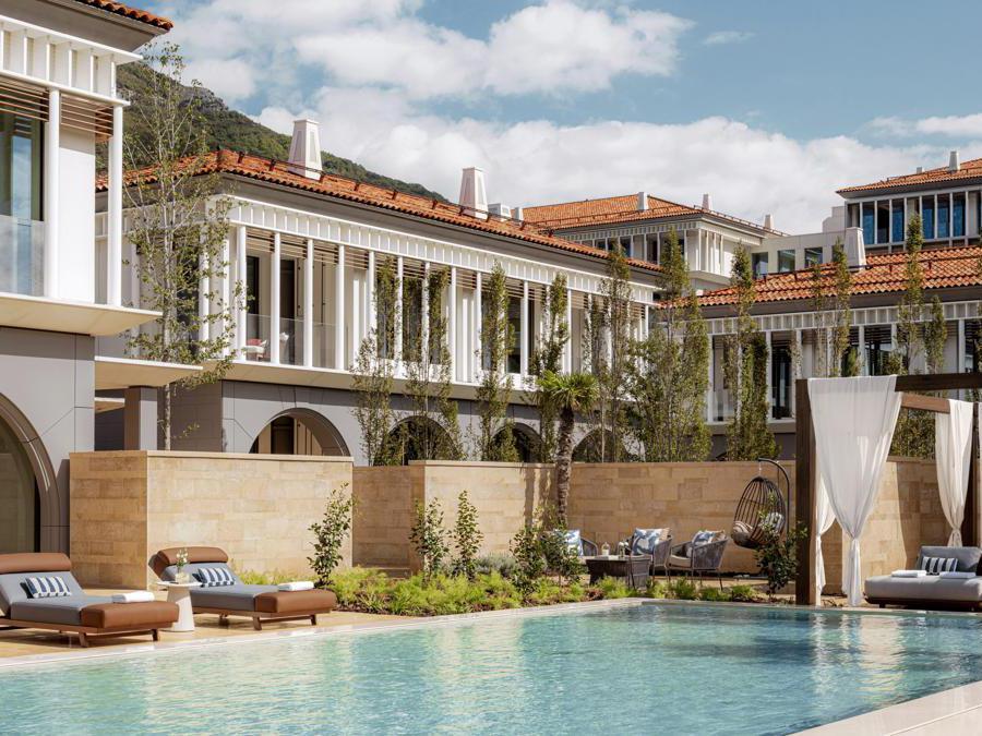 Una delle due ville con giardino e piscina, e uno team di maggiordomi, chef e valet a disposizione. Del complesso fanno parte anche 10 residenze da acquistare, con tre o quattro camere, accesso alla spiaggia privata, cortile e piscina.