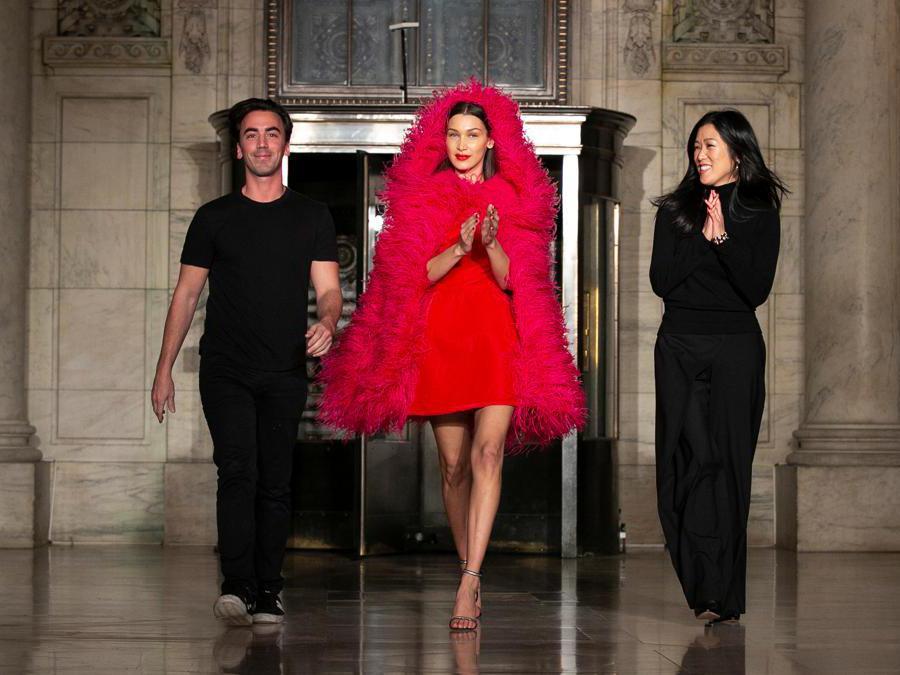 I designer Laura Kim e Fernando Garcia con modella Bella Hadid alla fine della sfilata della collezione Oscar de la Renta (Reuters/Caitlin Ochs)