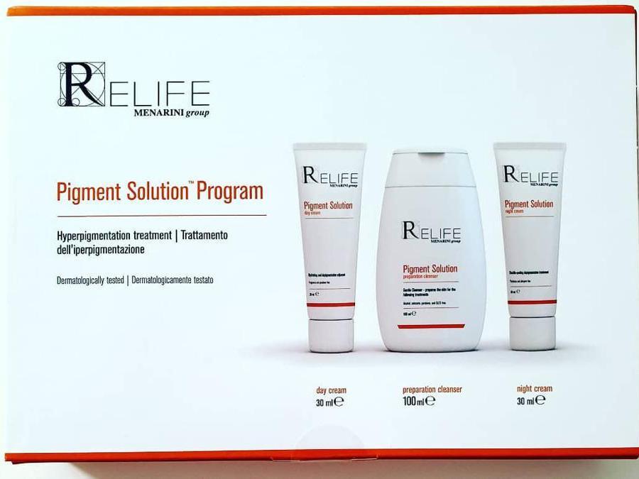 Menarini Relife Pigment Solution Program, costituito da una crema giorno con acido cogico per contrastare le macchie cutanee, una crema notte per uniformare la pigmentazione e un detergente delicato che prepara la pelle al trattamento