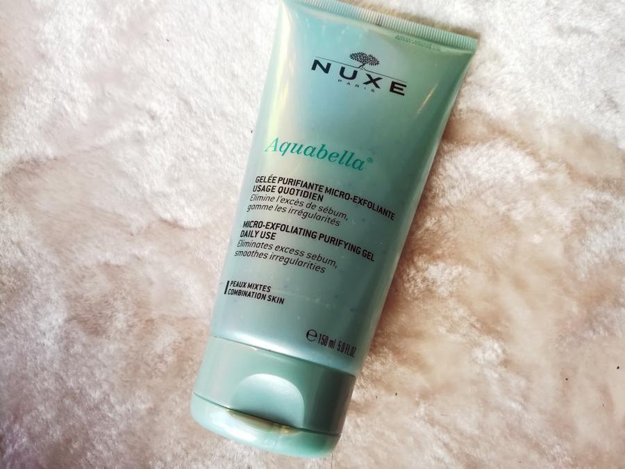 Nuxe Aquabella Gelée Purifiante Micro-exfoliante, un gel cristallino che deterge la pelle in profondità senza seccarla, eliminando il sebo in eccesso e le irregolarità dell'epidermide