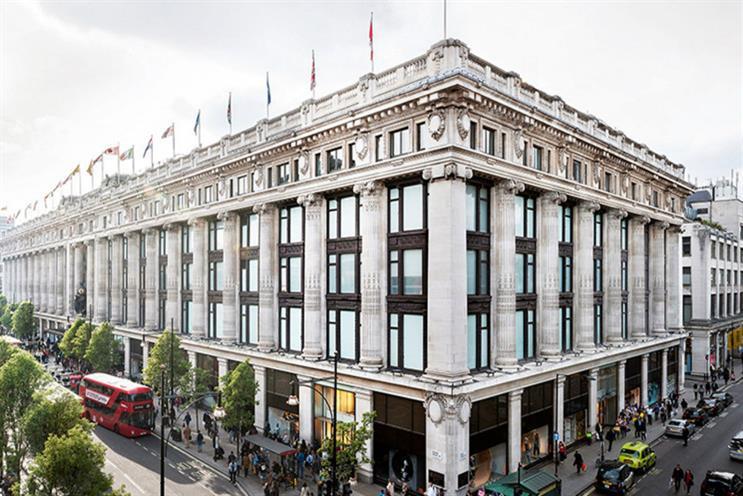 """A Londra Selfridges ospita il primo store """"fisico"""" di Instagram, dove si può fare shopping fra una selezione di otto marchi attraverso la app (fino al 15 dicembre)"""