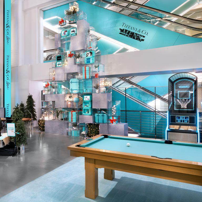La nuova collezione Tiffany Men è disponibile in uno speciale pop up store aperto a poca distanza dallo storico edificio-sede di Tiffany sulla Fifth Avenue di New York, in corso di ristrutturazione