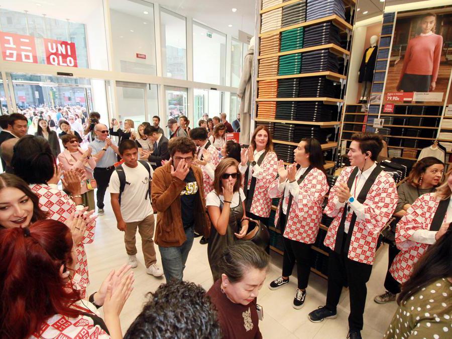 Milano, inaugurazione del primo negozio Uniqlo in Italia. Nella foto l' ingresso dei primo 200 fortunati che hanno avuto dei regali (Alberto Cattaneo/Fotogramma)