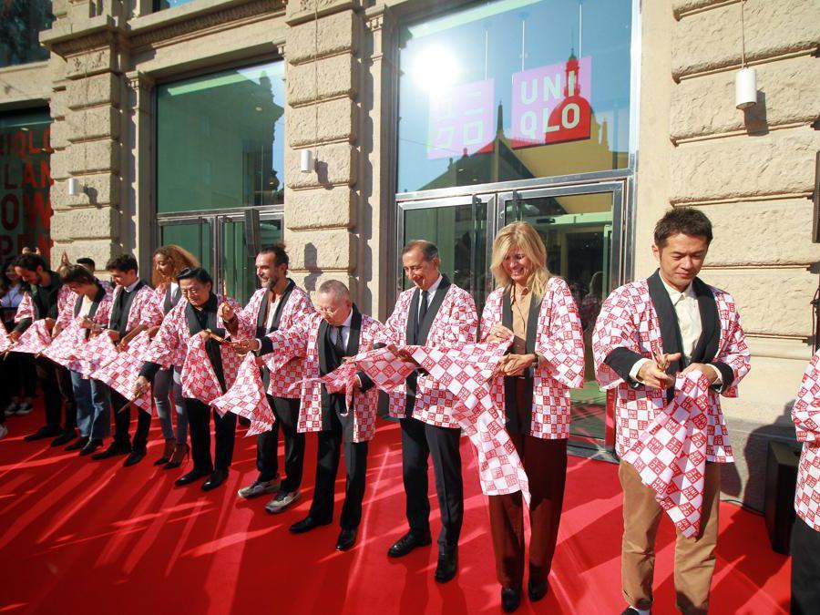 Milano,  ressa di gente all'inaugurazione del primo negozio Uniqlo in Italia (Alberto Cattaneo/Fotogramma)