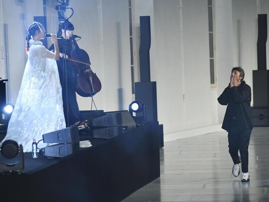 Pierpaolo Piccioli al termine della sfilata (Epa/Julien de Rosa)