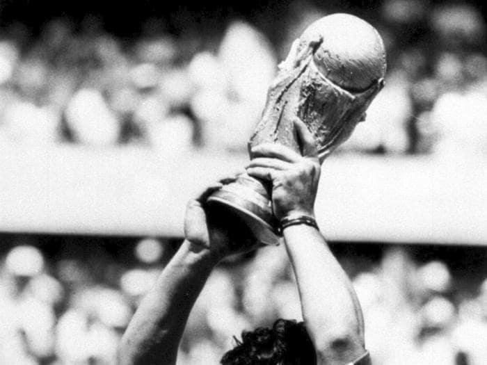 Addio a Maradona, genio del calcio mondiale
