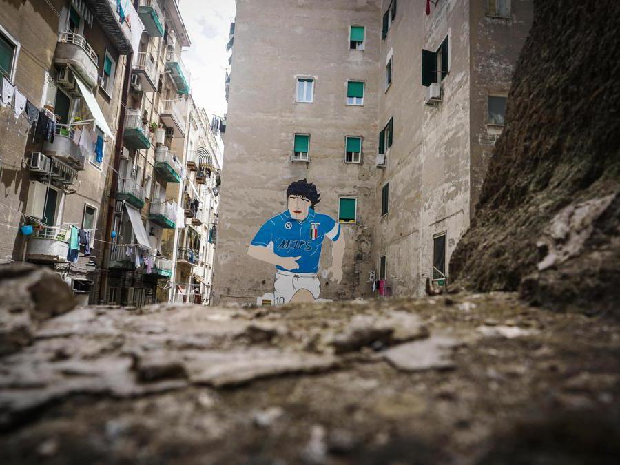 Attesa a Napoli per la cittadinanza onoraria a Diego Armando Maradona che gli verrà conferita il 5 Luglio. Intanto come dimostrano i murales e le fotografie sparse in giro per la città il ricordo del fuoriclasse argentino per i napoletani non si è mai sopito, 30 giugno 2017. ANSA/CESARE ABBATE