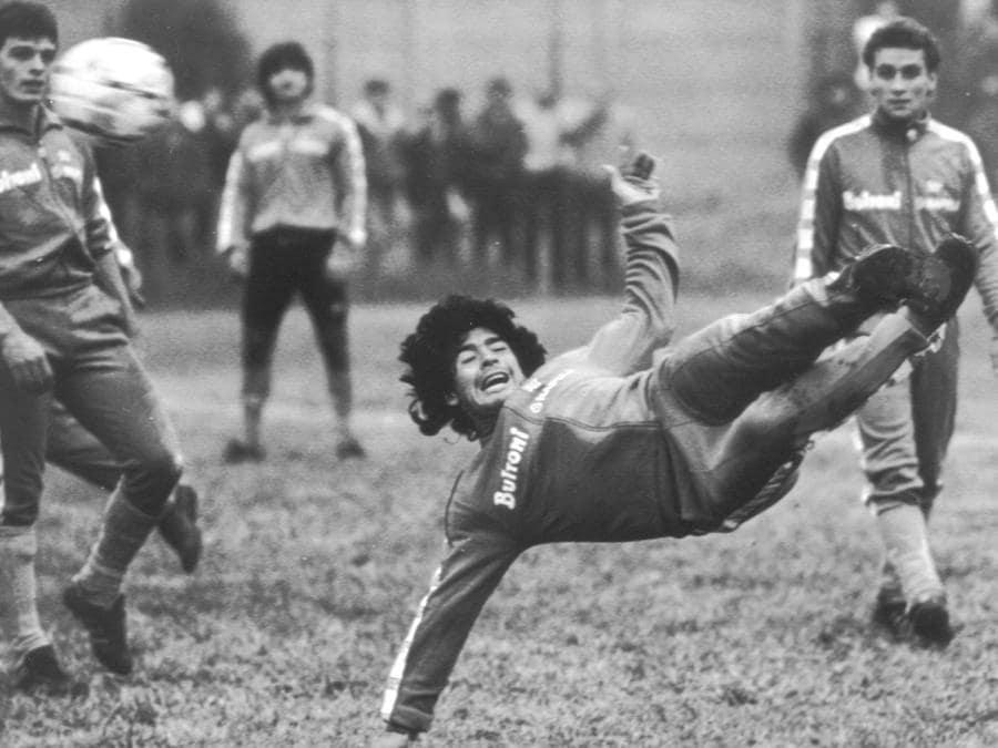 Diego Armando Maradona in acrobazia durante un allenamento del Napoli in una immagine di archivio. ANSA/ARCHIVIO