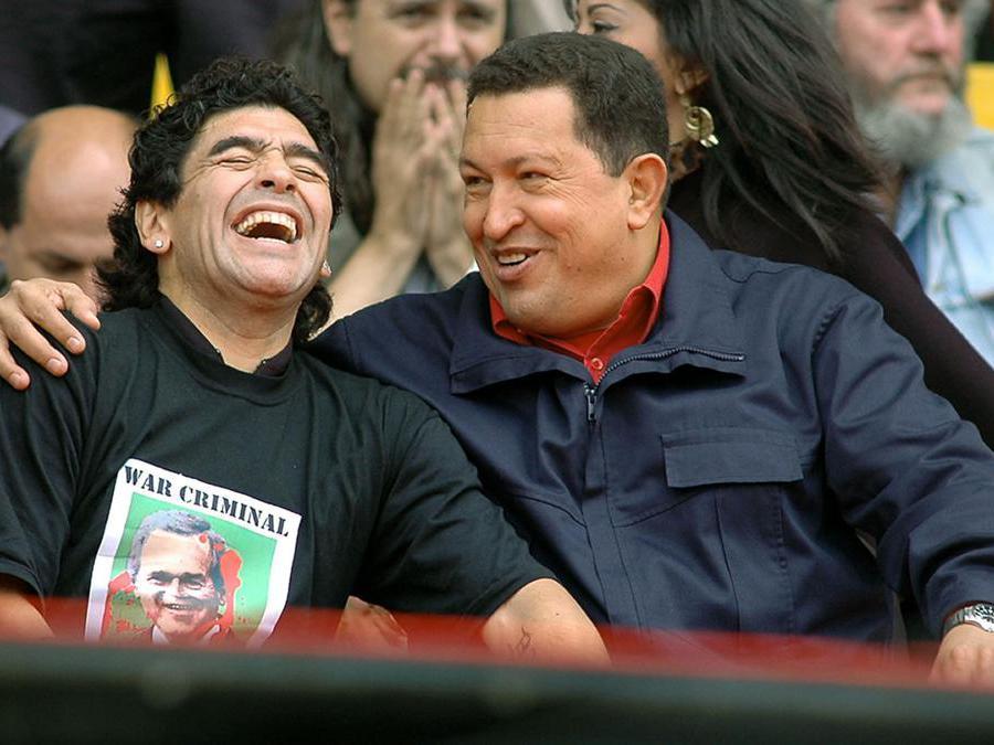 4 Novembre 2005, Maradona con il presidente del Venezuela Hugo Chavez. (Photo by STR / AFP)