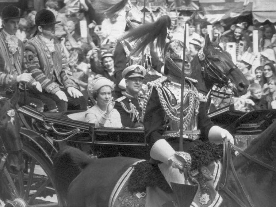 La Regina Elisabetta d'Inghilterra e il principe Filippo in carrozza si recano alla cattedrale di St. Paul, a Londra per il matrimonio del principe Carlo e Diana Spencer, il 29 luglio 1981 a Londra. (Ansa)