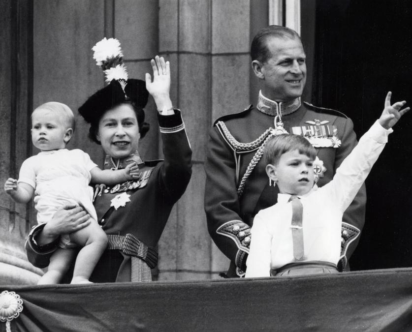 Londra 1965.  La regina Elisabetta II con il marito Filippo e i figli Edoardo e Andrea (Ipp)
