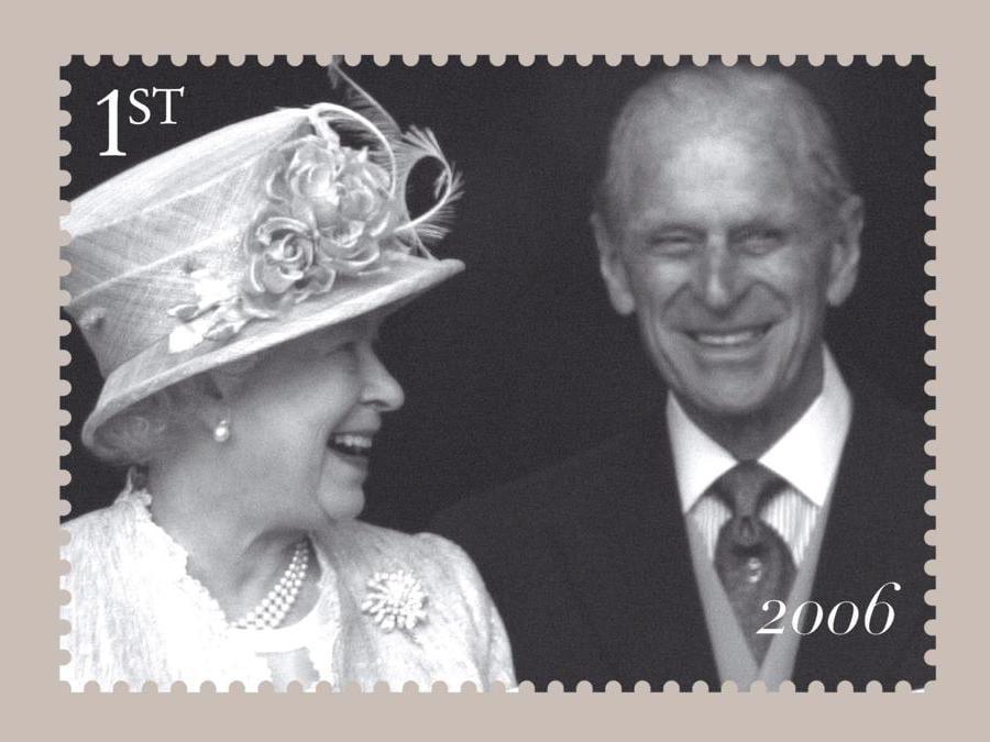 16 ottobre 2007 - Il francobollo celebrativo peril 60esimo anniversario di matrimonio della Regina Elisabetta II e il principe Filippo Mountbatten (Ansa)
