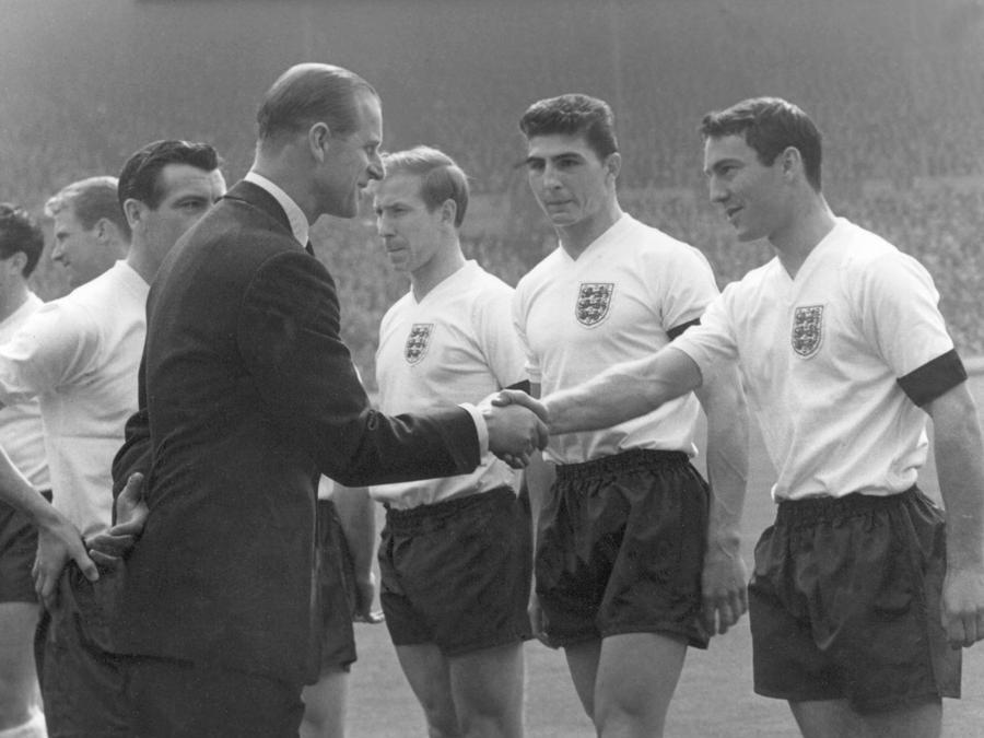 Londra 15 aprile 1961 - Calcio Torneo Interbritannico Inghilterra-Scozia 9-3 nella foto Il principe Filippo Mountbatten, duca di Edimburgo stringe la mano al calciatore Jimmy Greaves  (Ipp)